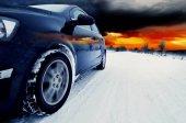Fotografie černé auto na zim snowly silnici