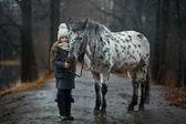 Portrét mladé dívky s koněm Appaloosa a dalmatským psi