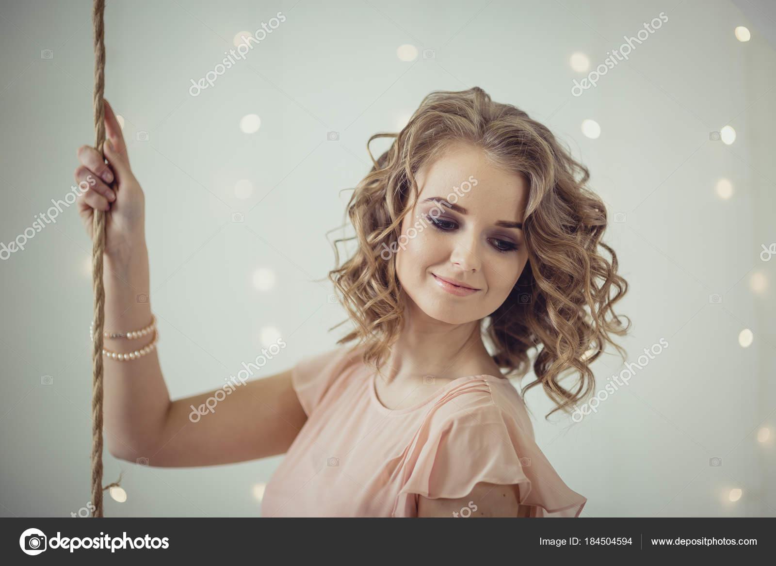 c04a3fd398208a Hübsche Frau Porträt im hellen Innenraum — Stockfoto © JuliaSha ...