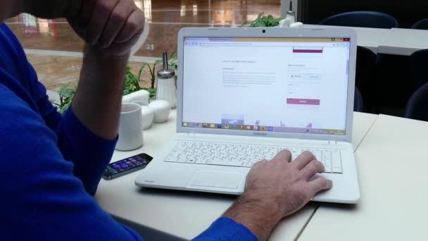 Online nakupování na webu letecké společnosti Emirates.