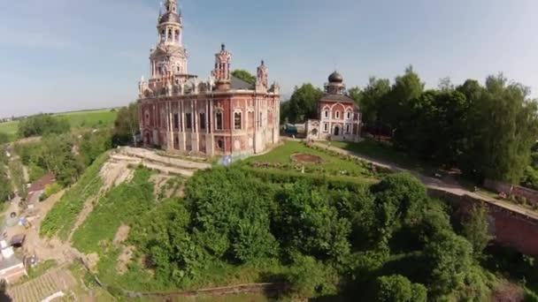 Nicholas orthodoxen Kirche im gotischen Stil auf einem Hügel in der Stadt Mozhaisk, Luftbild