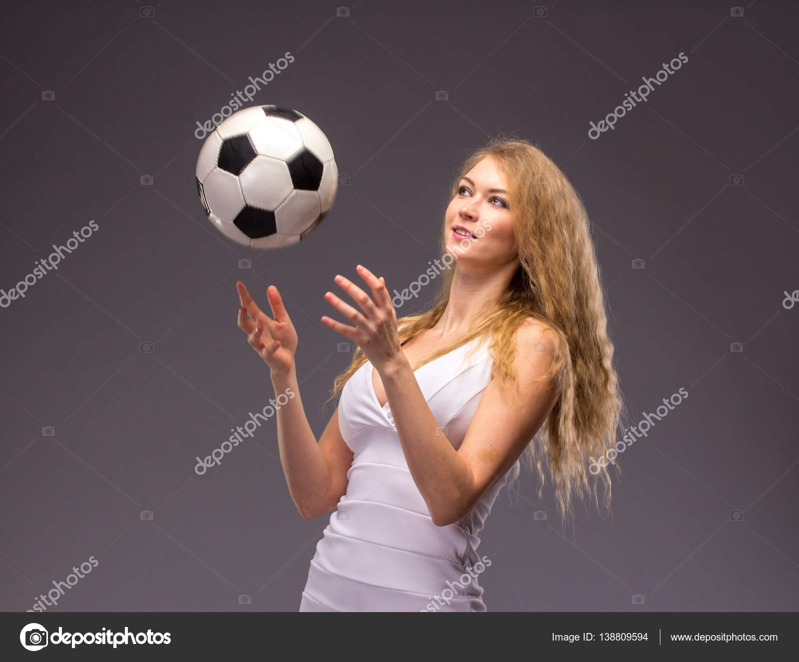 aa3d21cd83ec Νέοι γυναίκα στο λευκό βραδινή τουαλέτα με μπάλα ποδοσφαίρου — Φωτογραφία  Αρχείου