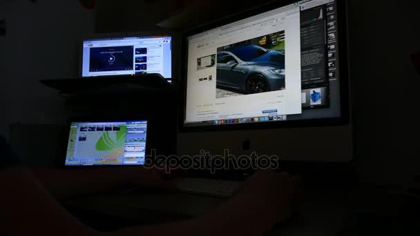 Designéři pracoviště timelapse. Počítače, fotoaparáty grafický tablet telefon na stole
