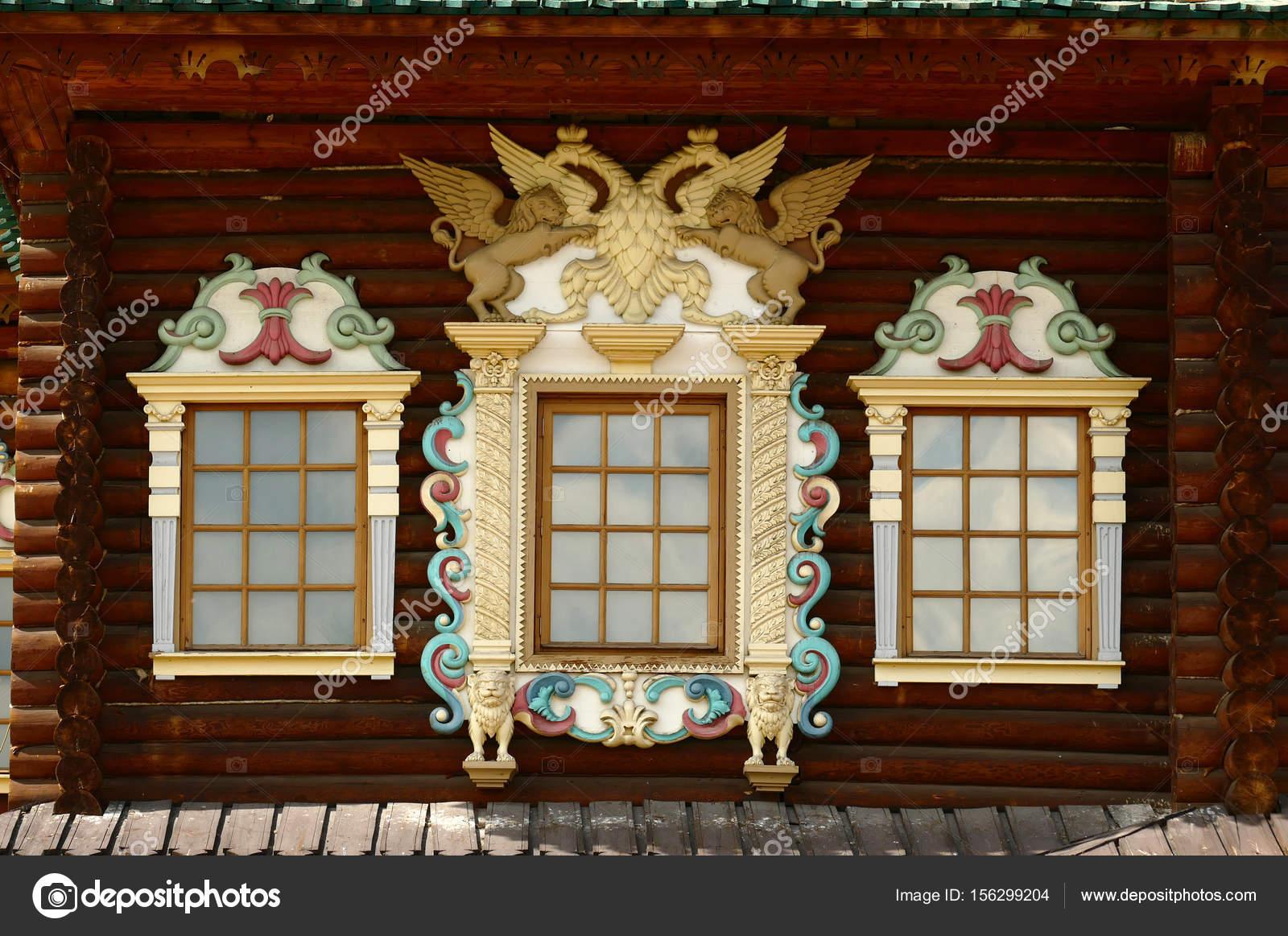 Russische gesneden houten kozijnen verfraaien buitenkant van