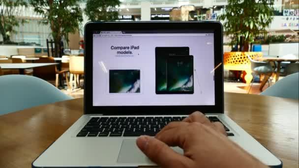 Září 21, 2016 Moskva, Rusko: Apple obchod Usa na obrazovce počítače tablet s moderní apple zařízení na něm