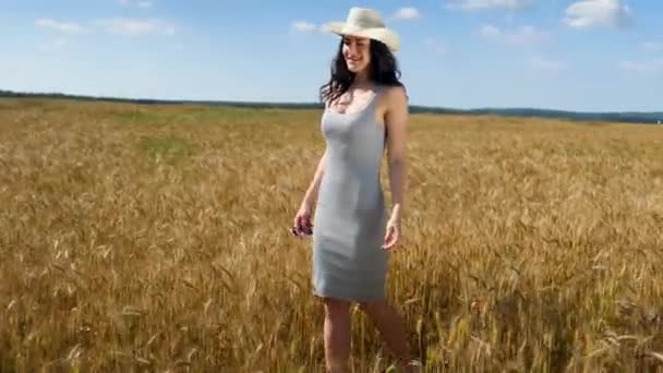schöne Mädchen auf sonnenbeschienenen Weizenfeld. Freiheitsbegriff. glückliche Frau, die sich im Freien in einem Weizenfeld bei Sonnenuntergang oder Sonnenaufgang amüsiert. Zeitlupe. Ernte.