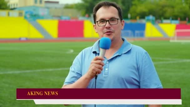 Novinář je reportáž ze stadionu pro televizi s nejnovější zprávy panelu na obrazovce