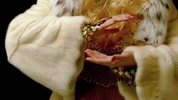 Krásná blonďatá věštkyně má křišťálovou kouli.