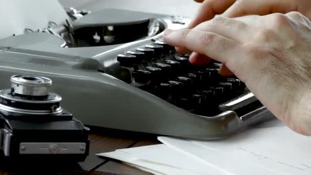 Írók kéz vintage írógépet fehér szobában