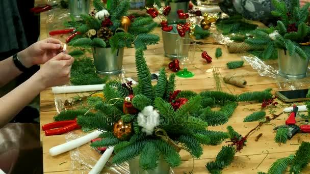 Workshop pro ruce provedena novoroční kytice. Dekorace vánoční strom kožešiny
