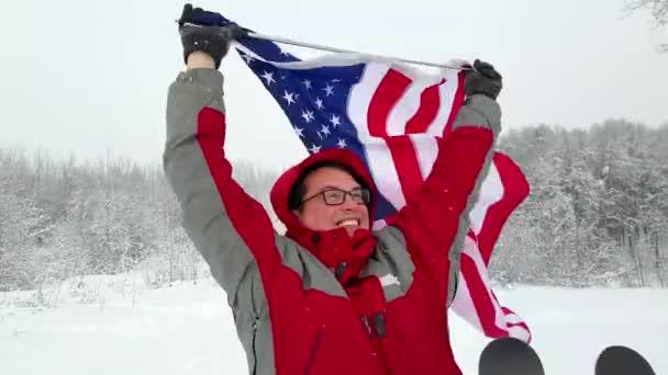 Mann mit Us-Flagge auf einer Skipiste