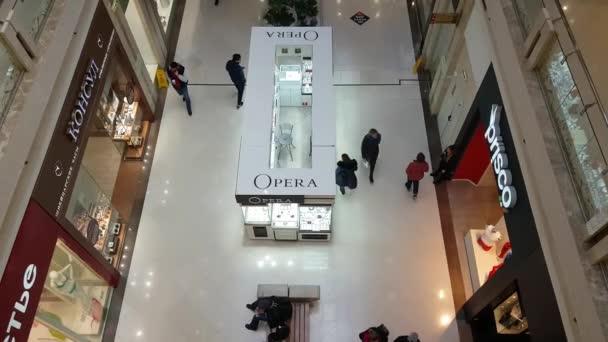 Lidé viziting nákupní centrum