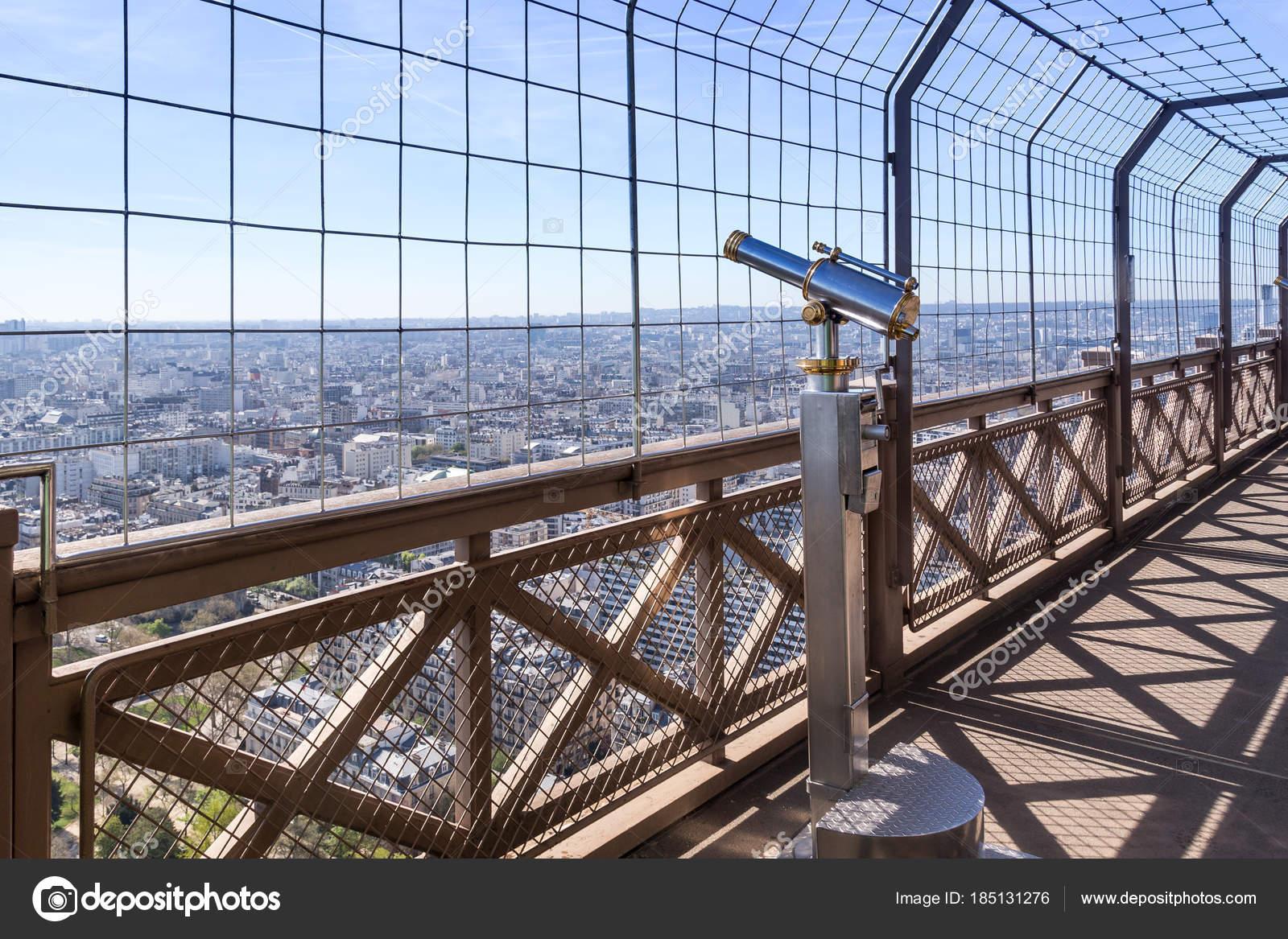 Az Eiffel-torony távcsöve Párizsra néz — Stock Fotó ...
