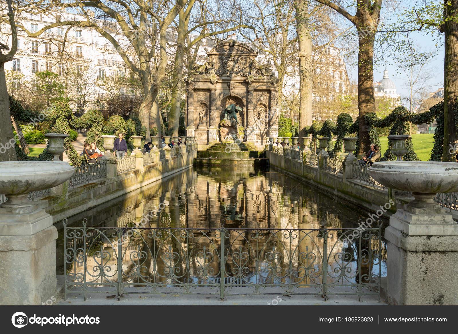 Paris, France, 27 mars 2017 : Fontaine de Médicis dans le Luxembourg ...