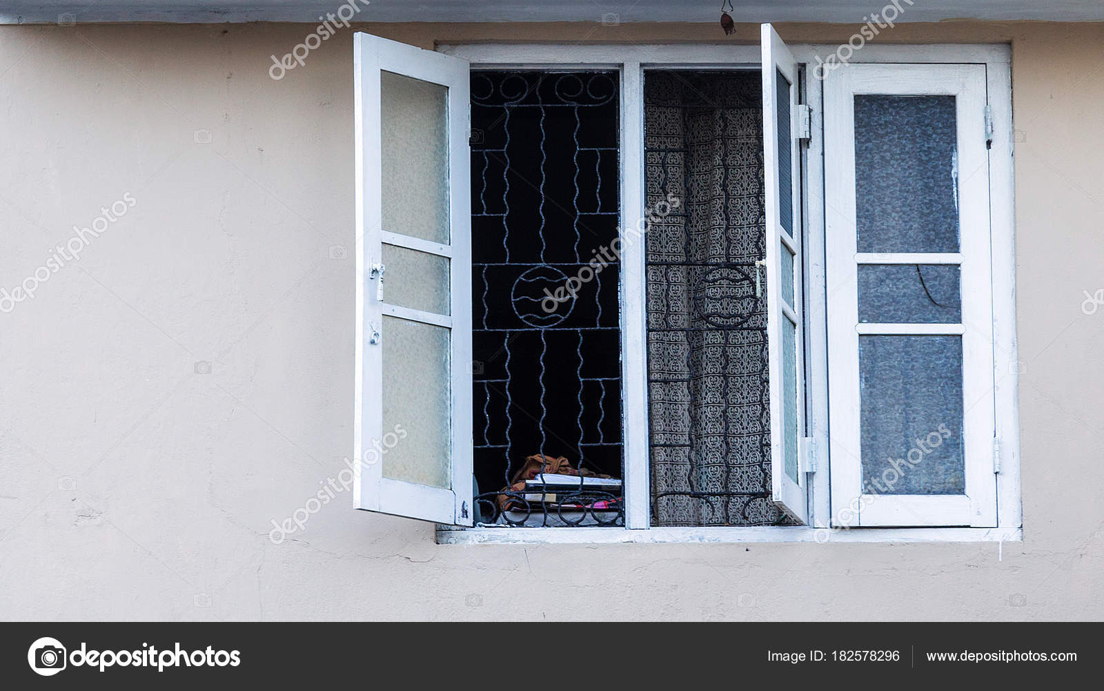 persianas pintadas blanco viejo marco ventana en pared de cemento ...