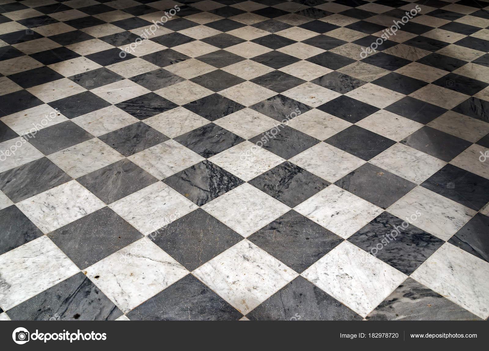 Fußbodenbelag Schwarz Weiß Kariert ~ Schwarz weiß kariert perspektive blick etage grunge fliesen ma