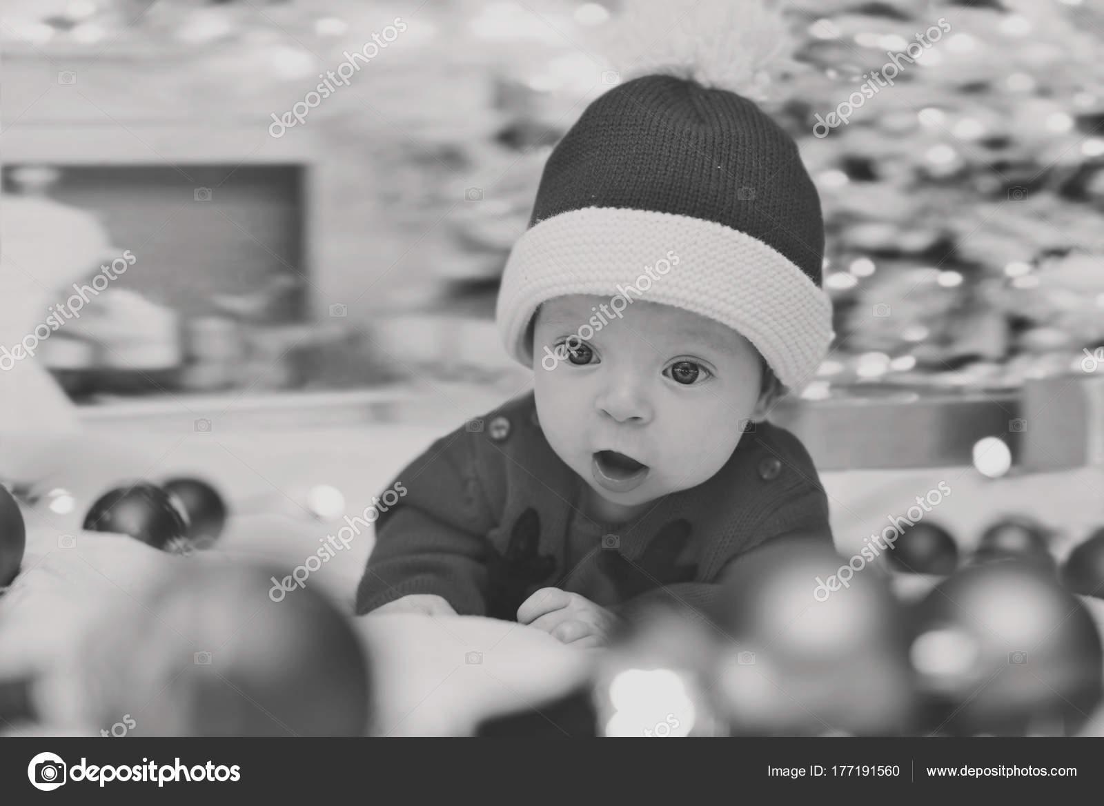 89f2cdcbee1a2 Portrait de mignon petit bébé nouveau-né en habits de Noël et portant  bonnet de Noel– images de stock libres de droits