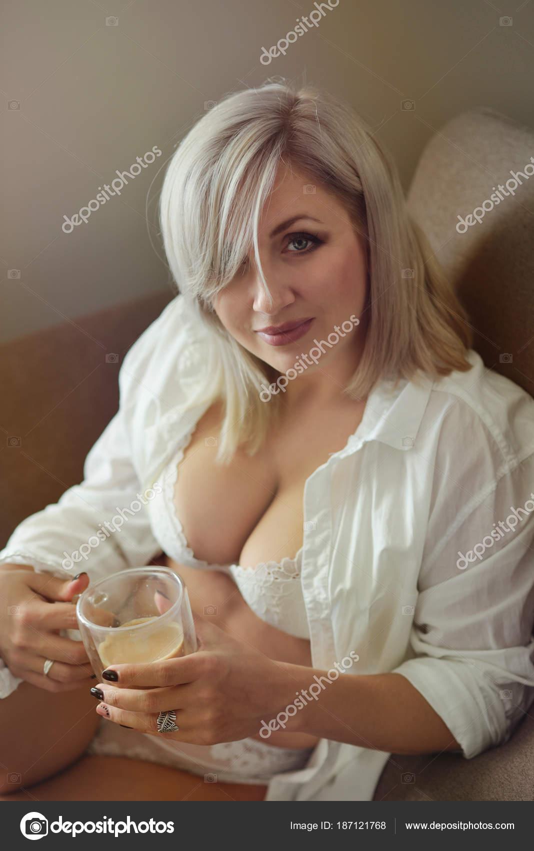 Mujeres Tetudas fotos de mujeres tetudas de stock, imágenes de mujeres