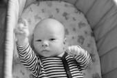 novorozence v postýlce