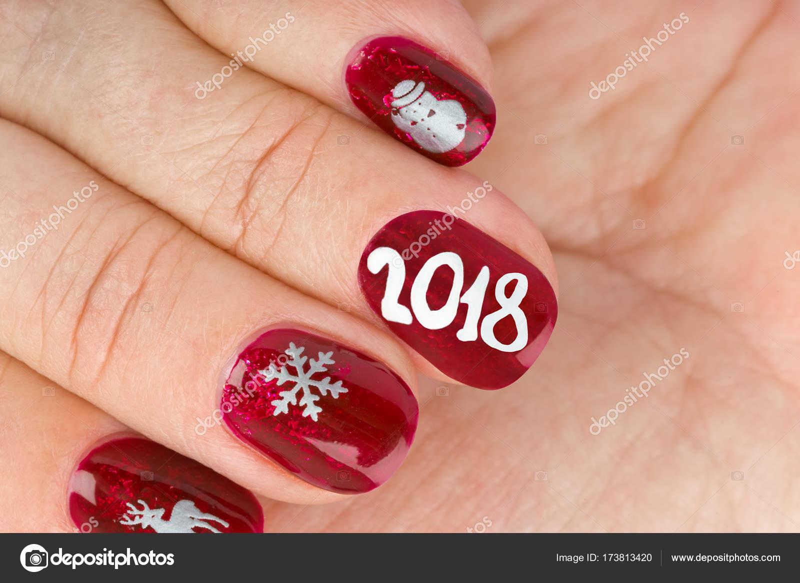 fingernagel mit weihnachten muster isoliert auf weiem hintergrund foto von violin - Muster Fingernagel
