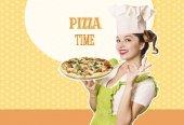 Fényképek Nő szakács pizza tartja a retro háttér