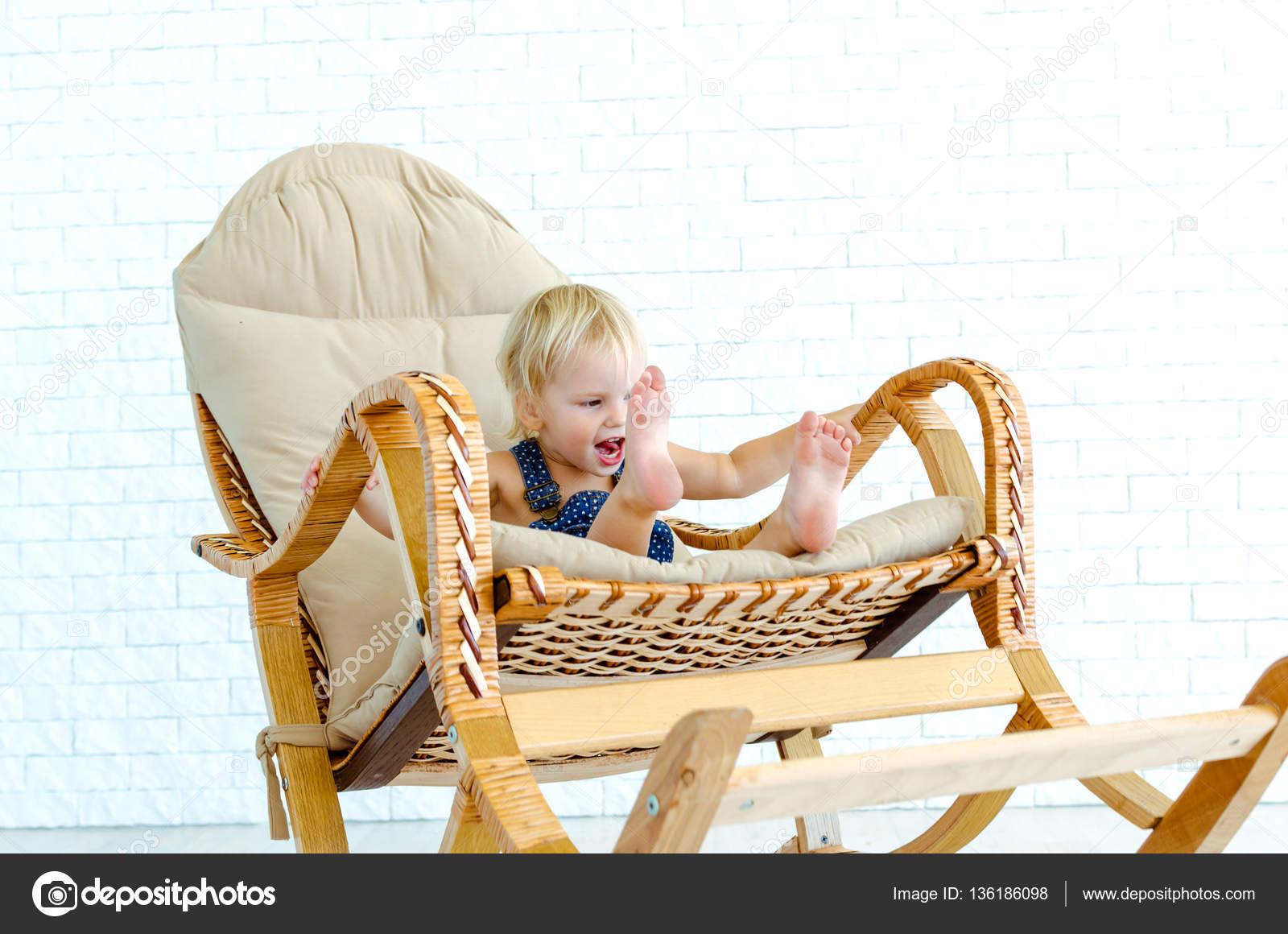 Sedie A Dondolo Depoca : Bambino impressionabile divertirsi bambina guida una sedia