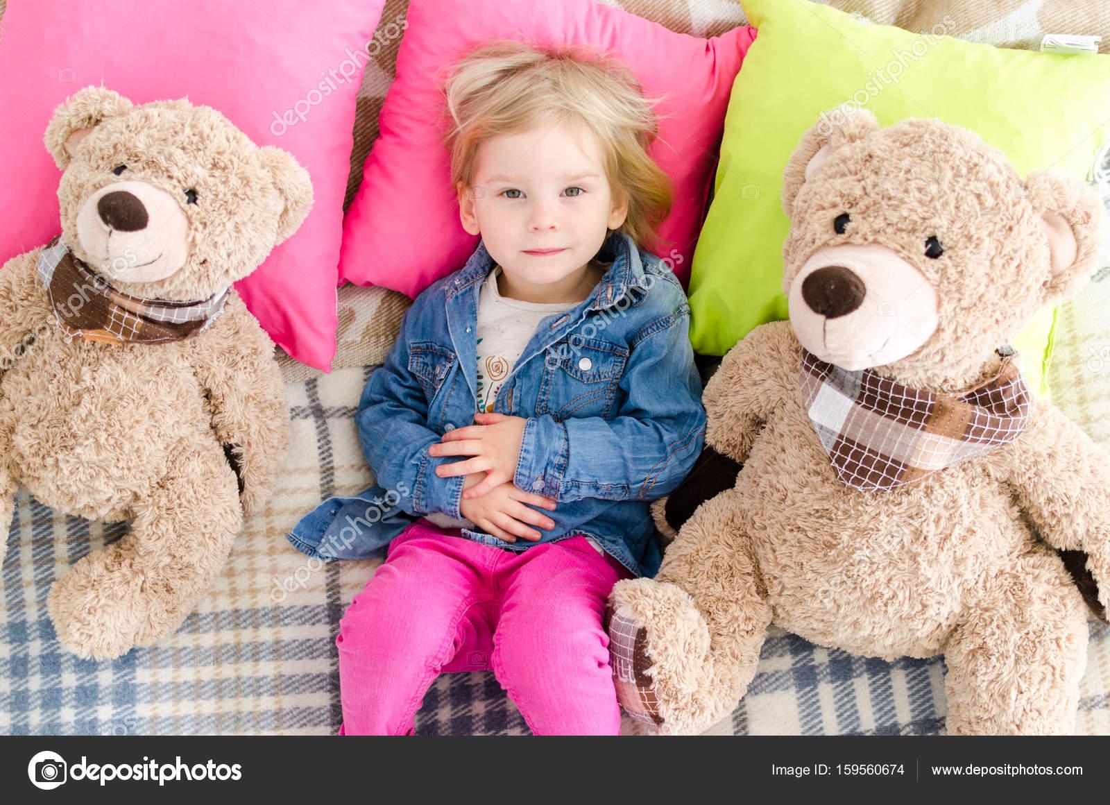 8605c0b6ad2e Cute little girl sleeping with teddy bear in bed — Stock Photo ...