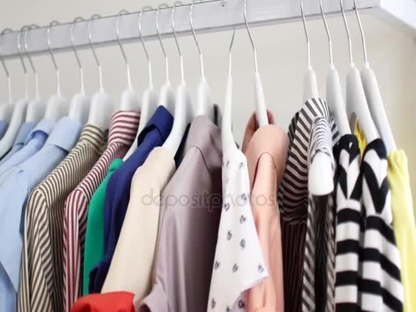 Košile visí na ramínkách v úložišti.