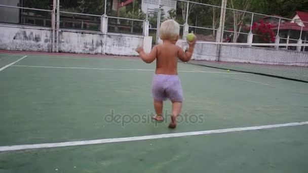 dítě se učí chodit