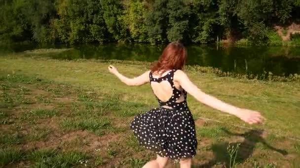 Видео на улице короткие юбки, член между сисек домохозяйки