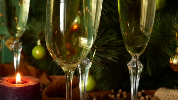 Šampaňské se nalije do sklenice. Nový rok a Vánoce