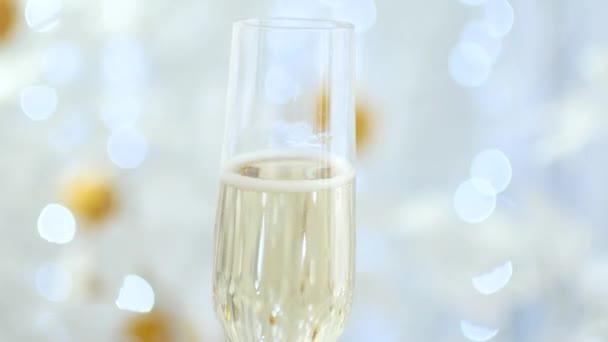 Neujahrsferien. ein Glas Champagner, ein Toast von der ersten Person
