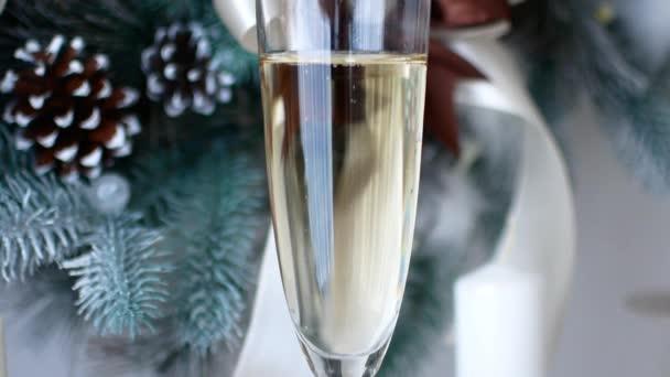 Vánoční duch. Sklenku šampaňského v novoroční výzdoba domu