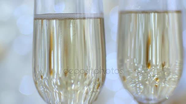 zwei Gläser mit Champagner. Weihnachtsromantische Stimmung. Blasen im Glas