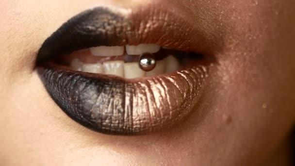 schöne und sexy weibliche Lippen mit teurem Make-up. Nahaufnahme bemalter weiblicher Lippen
