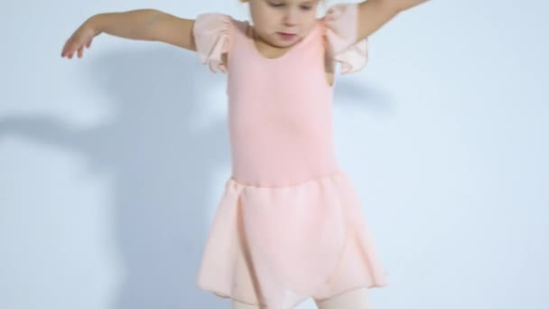Malá tanečnice tančí s nadšením. Dívka se zabývá baletu