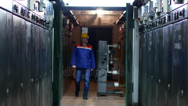 Pracovník v uniformě a helmu provádí bypass zařízení na stanici