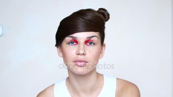 Emocionální portréty krásné mladé ženy s jasně červený make-up