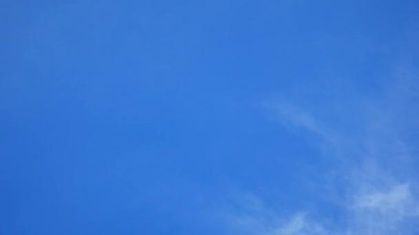 Čas kola mraky na modré obloze