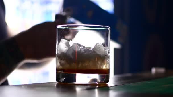 La quantità di misura barman per un cocktail perfetto.