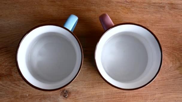 Dva šálky, v němž se čaj
