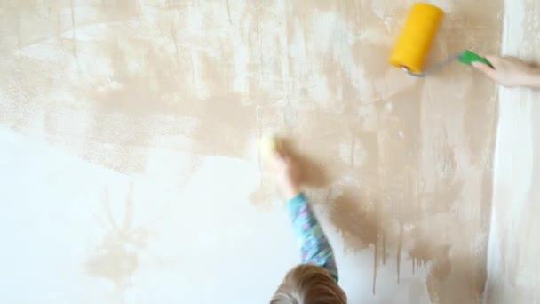 Het meisje helpt bij het doen van reparaties in haar kamer het