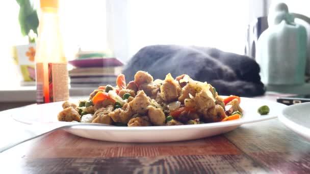 hausgemachtes Essen aus gebratenem Gemüse auf einem Teller. Soja und grüne Erbsen, vegetarische Gerichte.