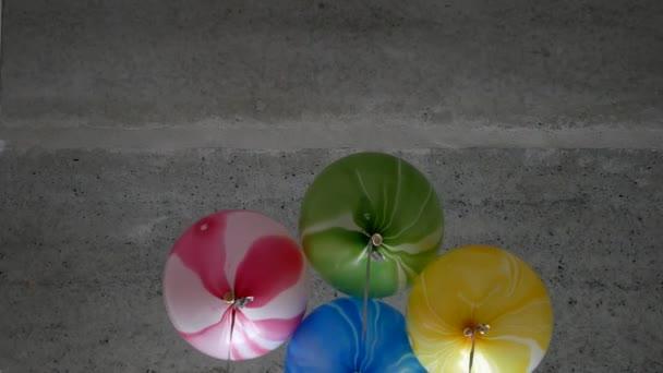 Barva helium balóny létat. Slavnostní bubliny, které jsou spojeny