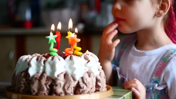 Narozeniny malé děvčátko, které jí sfoukne svíčky na dort