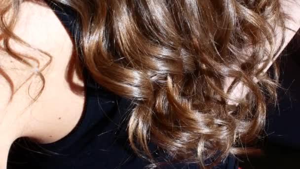 Kudrnaté vlasy na slunci. Přírodní krásy.