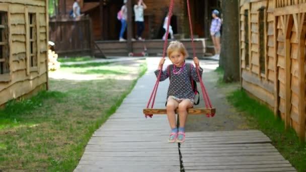 Kind reitet auf Flying Fox Spielgeräten in einen Kinderspielplatz im Sommer