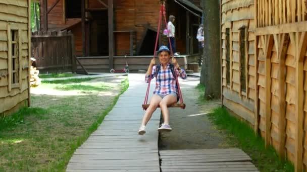 Frau reitet auf Flying Fox Spielgeräte in einen Kinderspielplatz im Sommer