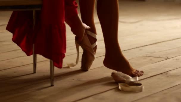 Ballerina si nasadí špičaté boty. Připravuji se na pódium. Podsvícení, krásné šaty.