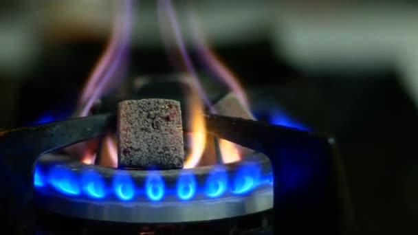 Uhlí pro hadici je ohříváno na plynovém hořáku